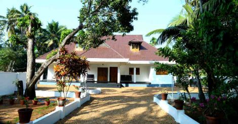 traditional-house-karapuzha-yard