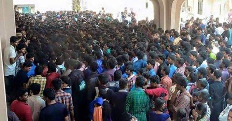 puli-theatre-crowd