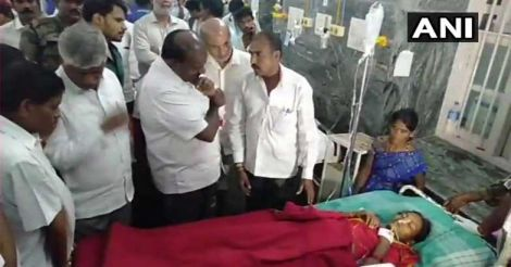 Karnataka CM HD Kumaraswamy meets people who were hospitalised after they consumed prasad in Chamarajanagar