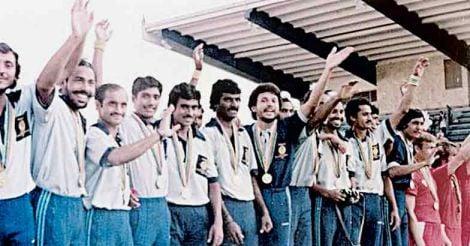 1980ൽ മോസ്കോ ഒളിംപിക്സിൽ സ്വർണം നേടിയ ഇന്ത്യൻ ഹോക്കി ടീം.  മധ്യത്തിൽ കൈ ഉയർത്തി നിൽക്കുന്നത് അലൻ സ്കോഫീൽഡ്
