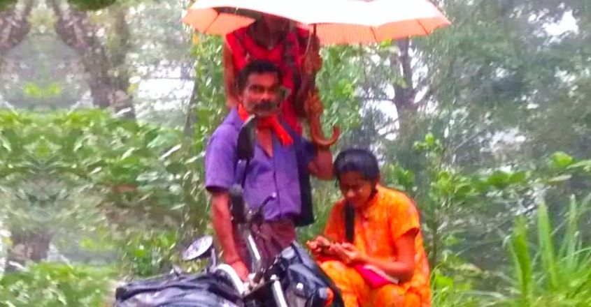 karnataka-father-holds-umbrella-for-daughter-while-attends-online-class-on-roadside-heavy-rains