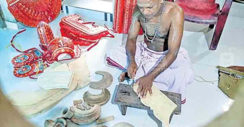 kasargod-Theyyam-artists-in-pain