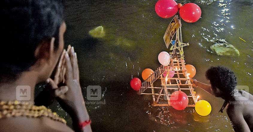തെളിഞ്ഞൊഴുകട്ടെ... മകരവിളക്കിനു മുന്നോടിയായി ഇന്നലെ സന്ധ്യയ്ക്ക് പമ്പാനദിയിൽ ഭക്തർ പമ്പാവിളക്ക് ഒഴുക്കിയപ്പോൾ.                       ചിത്രം: അരവിന്ദ് വേണുഗോപാൽ∙മനോരമ