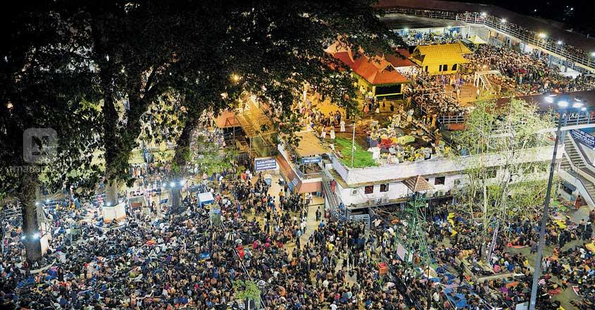 പുണ്യദർശനം കാത്ത്... മകരജ്യോതി ദർശനത്തിനായി തയാറെടുത്ത് നിൽക്കുന്ന ശബരീശ സന്നിധാനം.            ചിത്രം:  മനോരമ