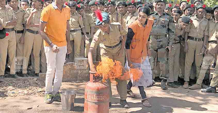 thrissur-training-for-controlling-gas-cylinder-fire