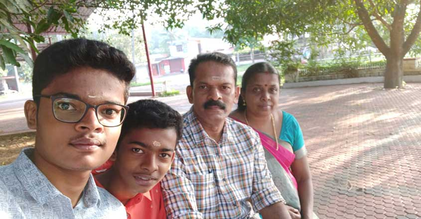 vignesh-shaju-family-photo