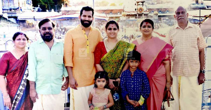 suja-karthika-with-her-family