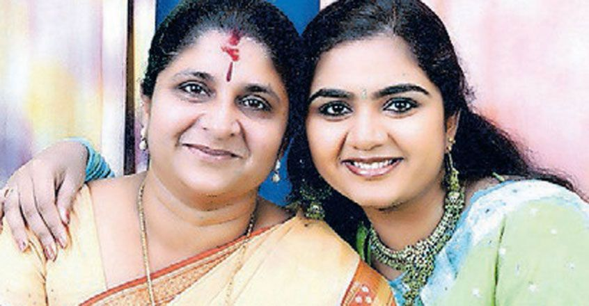 suja-karthika-with-her-mother