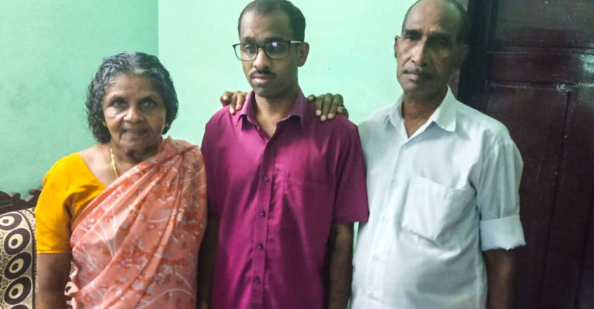success-stroy-of-kerala-administrative-service-stream-three-rank-holder-h-rupesh-alappuzha-with-parents