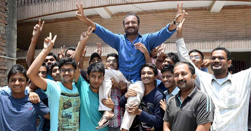 anand-kumar-with-students