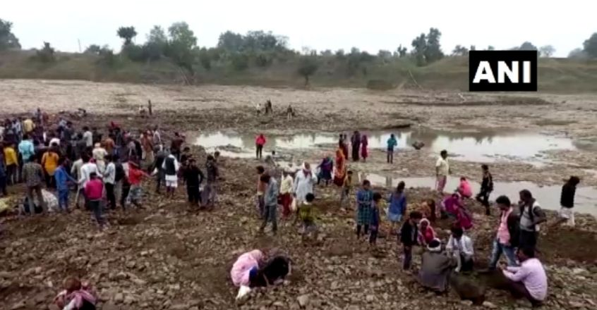Madhya Pradesh Villagers Dig Up Parvati River in Search of Gold and Silver Coins