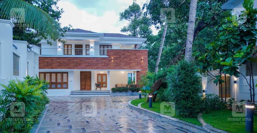renovated-house-koduvalli-lawn