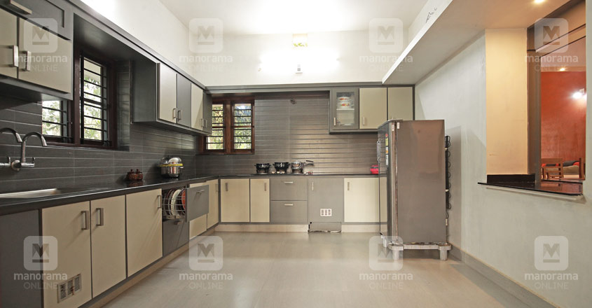 traditional-shornur-home-kitchen