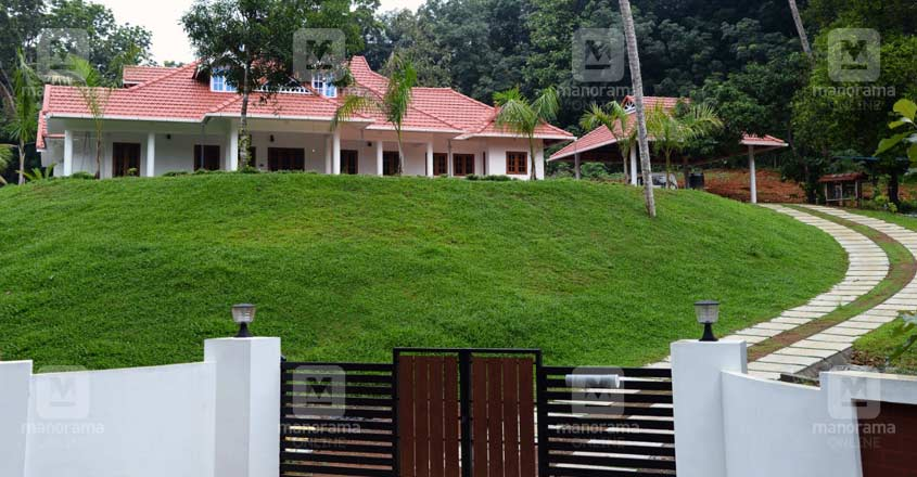 kerala-home-kanjirappilly-lawn-view