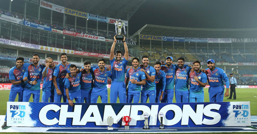 indian-team-with-trophy