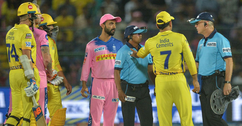 dhoni-debate-with-umpires