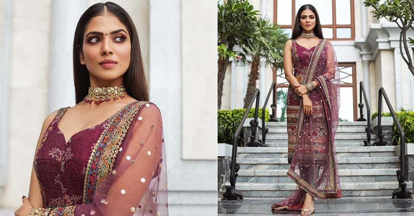 malavika-mohan-stylish-look-in-sabyasachi-kurtha