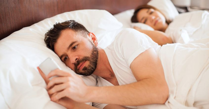 reasons-why-you-should-not-look-through-your-partner-phone