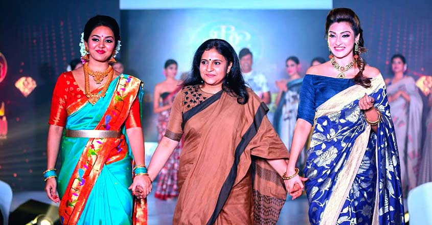 abhini-sohan-roy-honoring-weavers-at-indywood-fashion-premier-league