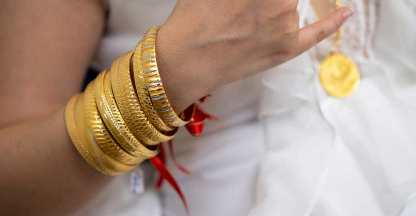 bride-in-china-wears-60kg-of-gold-gifted-by-husband-on-wedding-day-viral-news