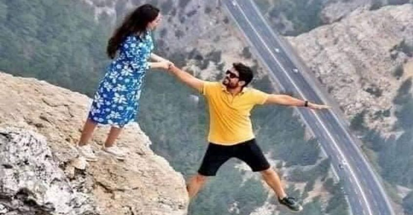 couple-poses-for-a-photo-on-the-cliffs-edge-goes-viral