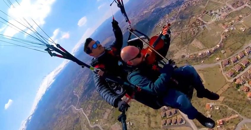 music-teacher-plays-violin-while-paragliding-to-soothe-first-flight-jitters