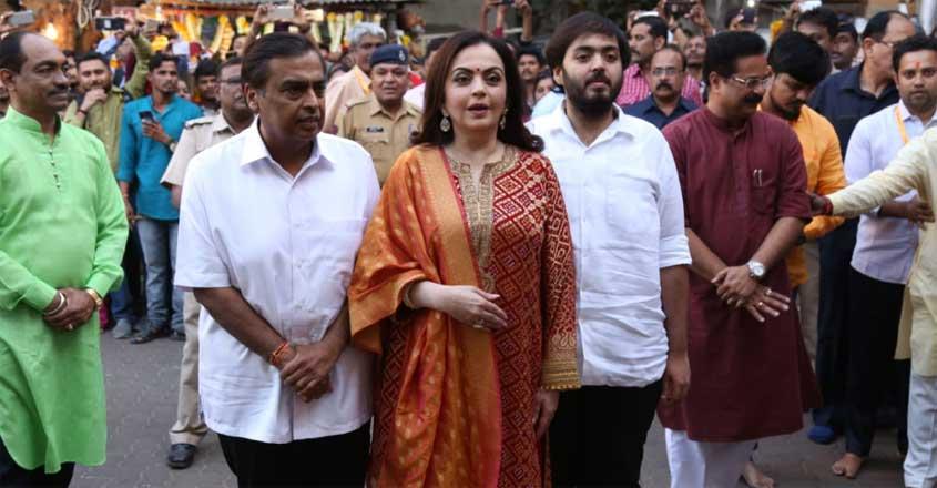 mukesh-ambani-wife-nita-offer-son-akashs-wedding-card-at-siddhivinayak