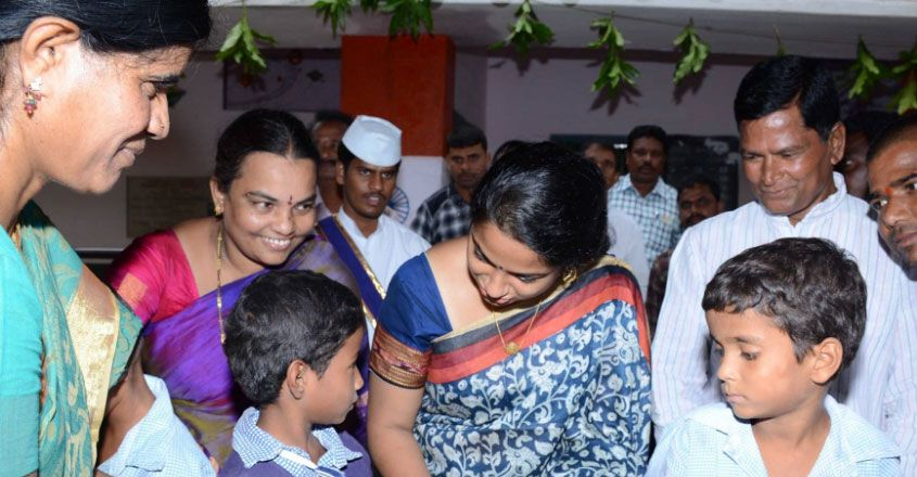 ias-officer-with-school-kids-02